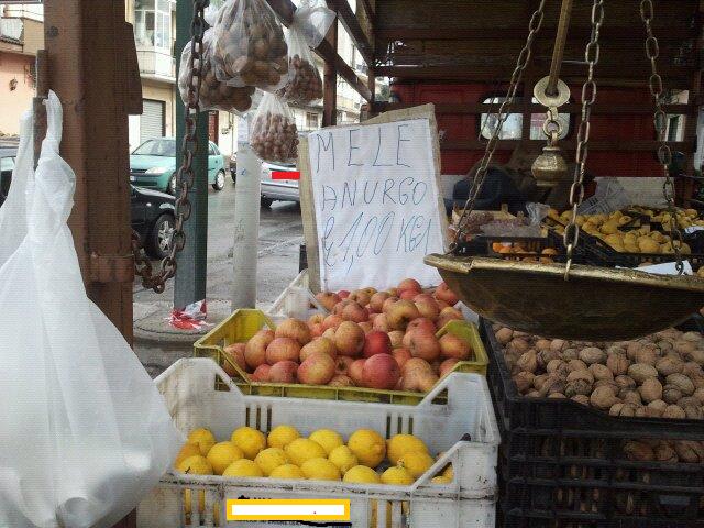 Frutta e verdura sui marciapiedi esposta agli agenti - Art 79 codice della strada pneumatici diversi ...